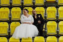 Vratislav Bílek hokejový Litvínov miluje tolik, že i s manželkou Eliškou kulisy zimního stadionu využil na svatební fotografie.