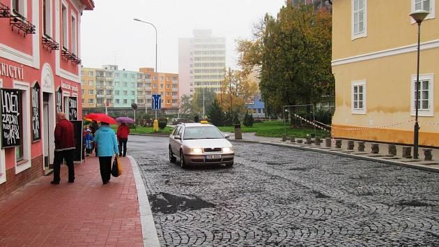 Bosá žena se pohybovala v Mostecké ulici v centru města.