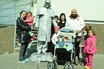 Oživlá socha, umělec Robert, se stal ve čtvrtek největší atrakcí v centru Mostu. Spousta lidí se s ním fotí, dokonce i celé rodiny.