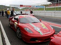 Majitelé a příznivci luxusních vozů značek Ferrari a Maserati se sešli na akci Scuderia Driving Experience na mosteckém autodromu
