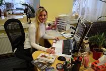 Blanka Kubíková z Obrnic, autorka dvou románů pro ženy, ve svém zaměstnání. Pracuje jako asistentka v soukromé firmě v Mostě.
