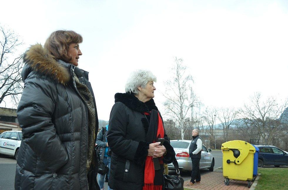 Starostka Drahomíra Miklošová a Helena Veverková z Hospodářské a sociální rady Mostecka při návštěvě ombudsmanky Anny Šabatové v Obrnicích.
