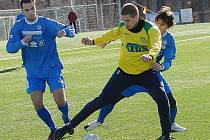 Fotbalisté Souše (v modrém) a Žatce (ve žlutém) se z trávníku dobře znají.