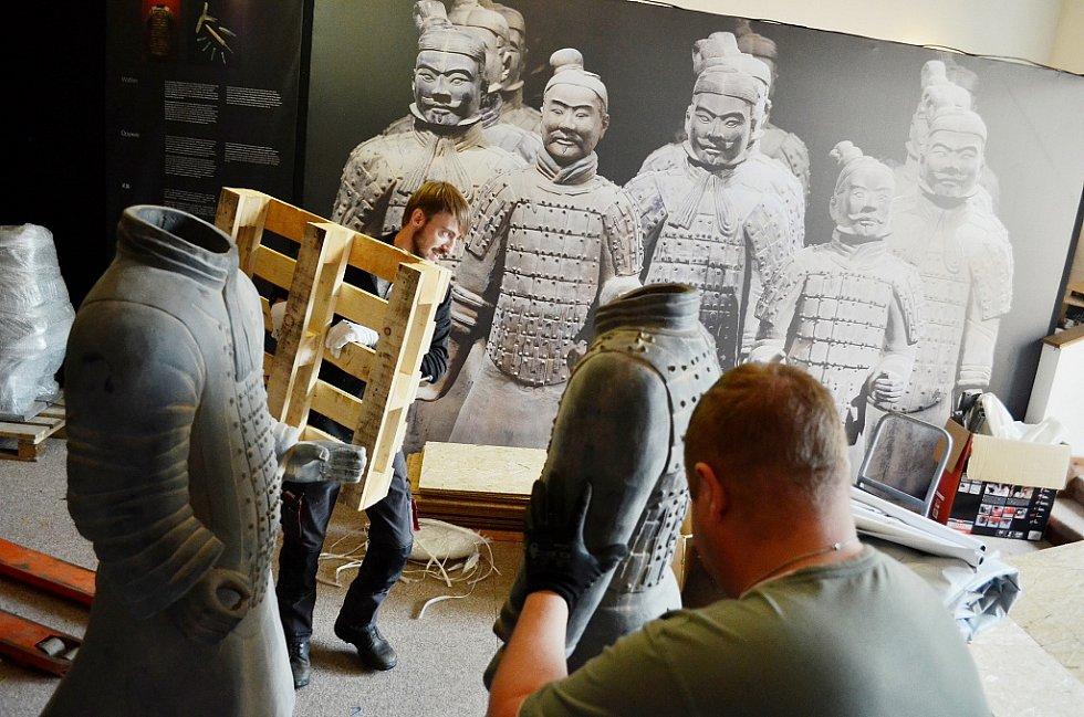 V Oblastním muzeu v Mostě instalují putovní výstavu Terakotová armáda