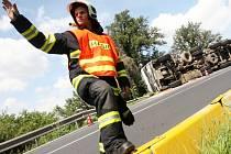 V ostré zatáčce na silnici u Velemyšlevse poměrně často dochází k dopravním nehodám.