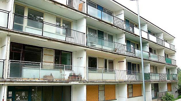 Téměř opuštěný panelový dům v Obrnicích.