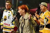 Starostka Litvínova Kamila Bláhová promlouvá k davu na zaplněném náměstí, kde fanoušci slavili v sobotu s hokejisty titul extraligy.