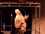 Docela velké divadlo Litvínov uvedlo v kapli U sv. Ducha v Mostě hru Láska je láska.