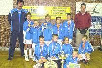 Mladí fotbalisté přípravky FK SIAD Most s diplomy a medailemi za druhé místo v turnaji.