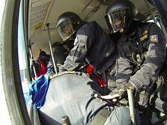 Policisté trénují zásah v autobusu.