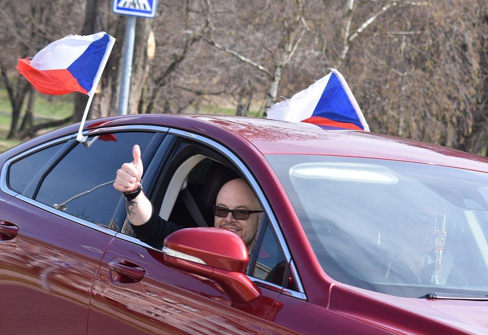 Desítky troubících aut a motocyklů s českými vlajkami a transparenty projely v neděli 11. dubna městy Most a Litvínov.
