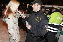 Velký policejní zátah na opilé děti v Mostě v diskotéce Paladium.