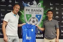 Zleva trenér A týmu Petr Johana a sportovní ředitel Jan Skýpala představují nové dresy.