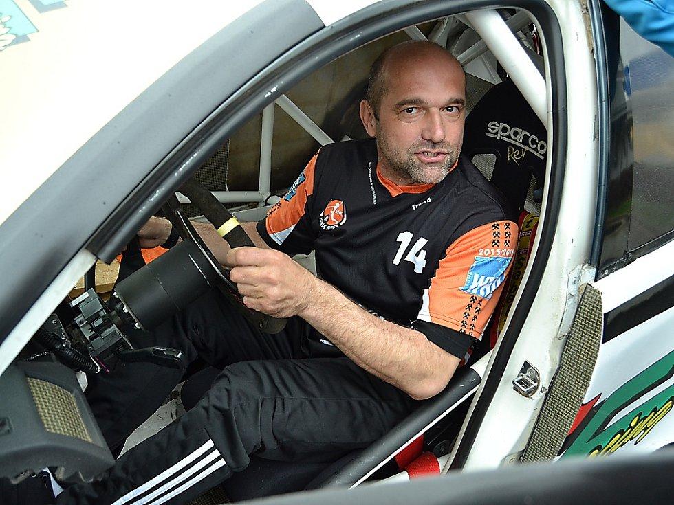 Peter Dávid za volantem závodní fabie.