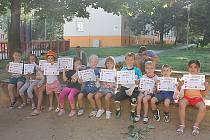Děti, které bydlí v blízkosti dětského hřiště u bloku 318 v Mostě, po úspěšném absolvování soutěžního klání, které pro ně z vlastní vůle uspořádali jejich rodiče. Odměnou malých sportovních nadšenců byl diplom a sladkosti.