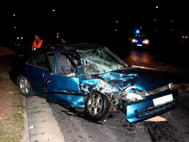 Hromadná nehoda tří aut u mosteckého koupaliště