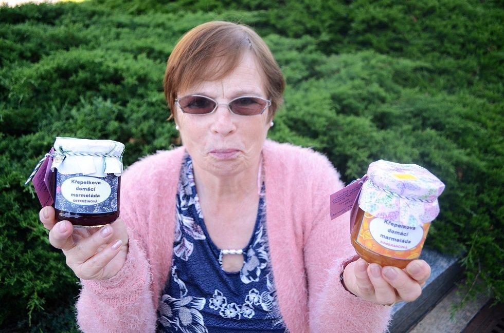 Jindra Křepelková v 69 letech začala podnikat v marmeládách. Vyrábí je doma v Dobrčicích u Mostu, kde má 12hektarovou zahradu.