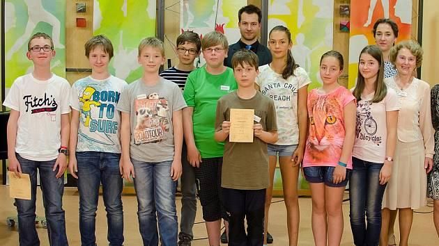 Vítěz soutěže Daniel Vostrý (třetí zleva) a Klára Svobodová (v růžovém tričku) mezi finalisty.