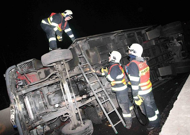 Přivolaní hasiči asanovali komunikaci a přečerpávali unikající pohonné látky