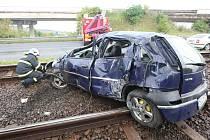 Osobní automobilo skončil po smyku v kolejišti tramvají