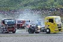 Tradiční bitvy. Takové truckové souboje mohou diváci pozorovat v tomto víkendu v Mostě.