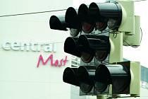 Nefunkční semafory u mosteckého Centralu.