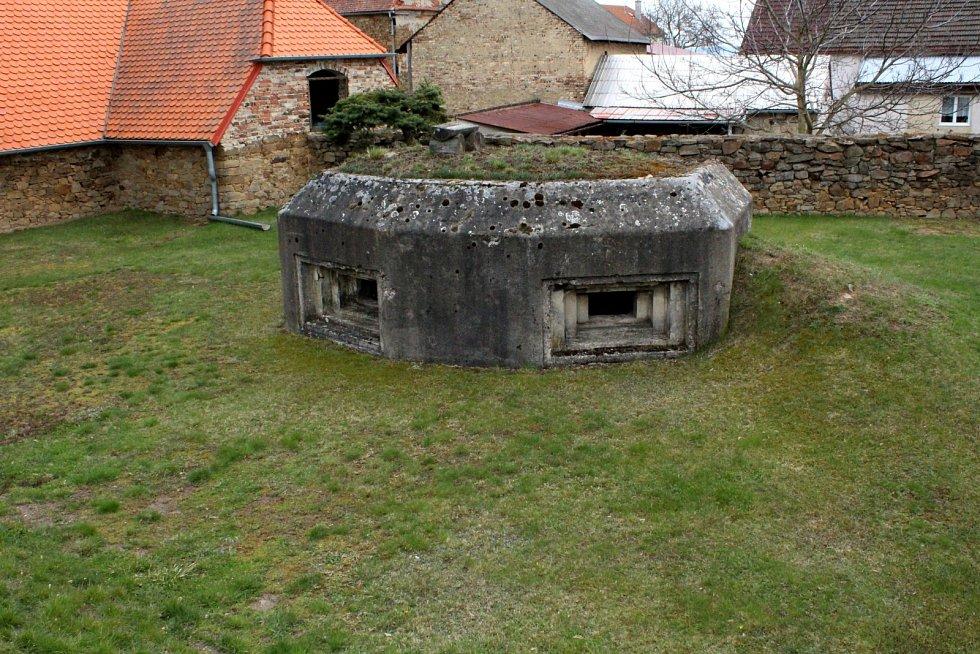 Bližší pohled na bunkr na soukromé zahradě.