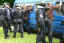 Policisté zakročují proti členům iniciativy Studenti proti rasismu, kteří měli svým jednáním narušit předvolební mítink Dělnické strany v Litvínově.