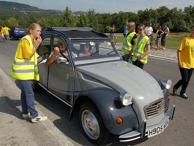 Celosvětový sraz Citroënů 2CV v Mostě.