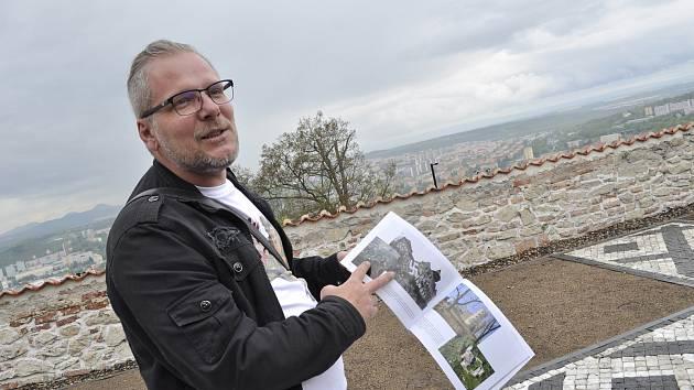 Archeolog Milan Sýkora s publikací o hradech na nádvoří mosteckého hradu, kde se našly zbytky šlechtického paláce z éry kolem roku 1500. Zdokumentovaný prostor je už zasypán a vydlážděn.