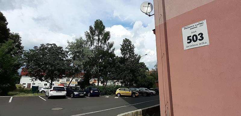 Parkoviště v ulici Františka Kmocha v Mostě se změní na nízký parkovací dům. Od bloku 503 ho mají clonit současné vzrostlé stromy.