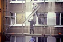 Dělníci s rouškami v Mostě