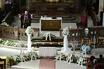 V přesunutém kostele Nanebevzetí Panny Marie v Mostě se lidé rozloučili s tanečníkem a choreografem Karlem Sarközim
