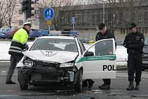 Havárie policejního auta v Mostě.