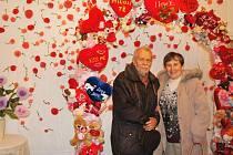Brána lásky. Takhle se fotili návštěvníci v bráně lásky na vernisáži výstavy Srdceráj.