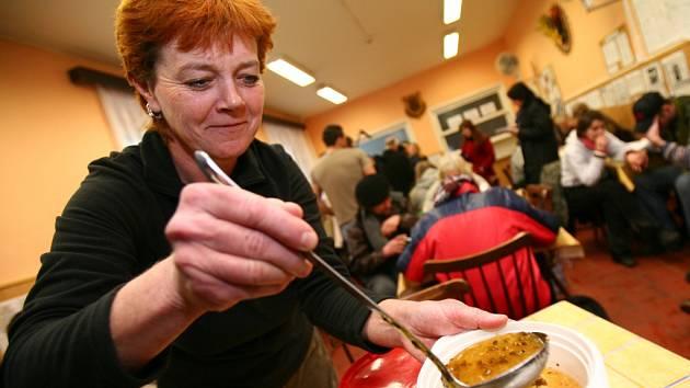 Rozdávání polévky bezdomovcům v Armádě spásy..