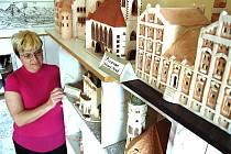 Marcela Čermáková s modelem starého Mostu.
