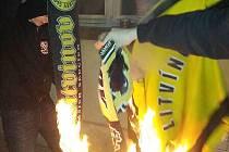 Při pálení dresů a šál se výtržníci sami vyfotili.
