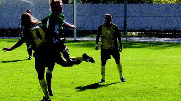 Litvínovští hráči (žluté dresy) dokázali v dalším kole divizní fotbalové soutěže porazit Nový Bor a připsali si tak tři body.