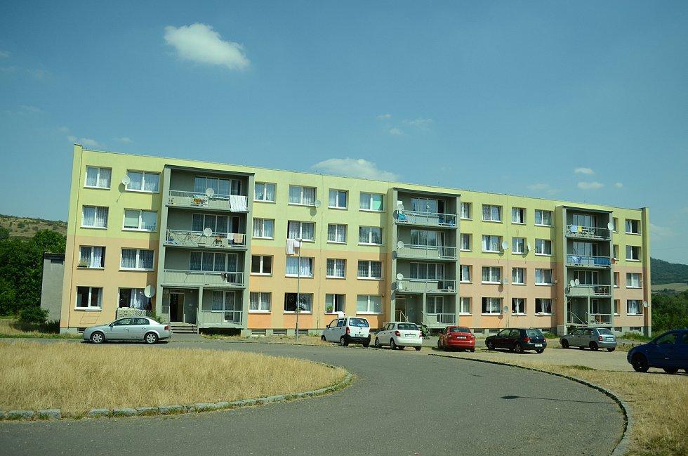 Takhle vypadá dnes blok 8 v Chanově. Město dům v roce 2012 rekonstruovalo z dotace EU. Podle místních by se takto měly opravit a udržet sousední paneláky 6 a 10. Tuto variantu považují za lepší než kontejnery.