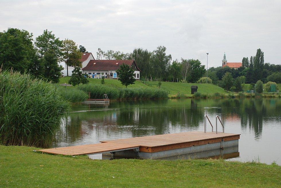 Vtelno, místní část Mostu, která si díky kostelu, faře a selským stavením z 18. a 19. století zatím zachovává svůj venkovský ráz navzdory masivní výstavbě nových rodinných domů. Na snímku rekreační areál Benedikt u Vtelna.