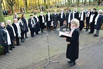 PIETA. Herečka Regina Razovová recituje báseň u vsypové loučky na hřbitově v Mostě. Zazpíval sbor Clavis cordium.