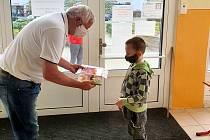 Nadace The Kellner Family Foundation věnovala dětem 8. ZŠ v Mostě knihy.
