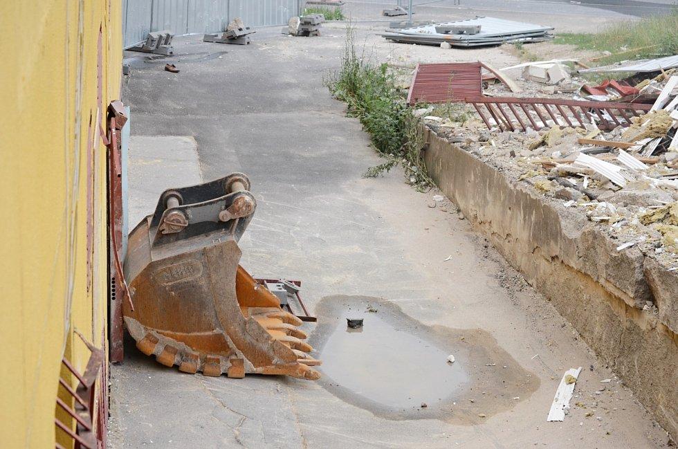 Demolice paneláku v Janově poškodila sousední objekt, kde je vietnamská samoobsluha s rodinným zázemím obchodníka