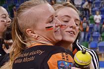 Markéta Jeřábková (vpravo) se raduje se spoluhráčkou Petrou Růčkovou po postupu do finále play off.