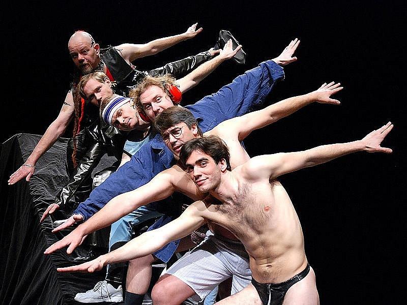 Mostečtí herci pózují jako oceláři–striptéři při zkoušce muzikálu Do naha! Divadlo uvede slavné dílo v premiéře 26. a 27. února. Nezaměstnaní mohou na reprízy za poloviční cenu.