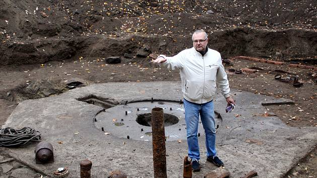 Vedoucí archeologů Petr Čech ukazuje odkryté postavení jednoho z kanónů německé protiletadlové obrany v centrálním parku na Šibeníku.