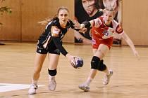 Mostecká Jana Šustková (vlevo) v posledním vítězném zápase se Slavií Praha.