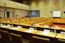 Prázdný sál mosteckého zastupitelstva krátce poté, co ho 26. listopadu opustili politici, kteří nic neprojednali.