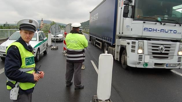 Policisté kontrolují řidiče u Obrnic.